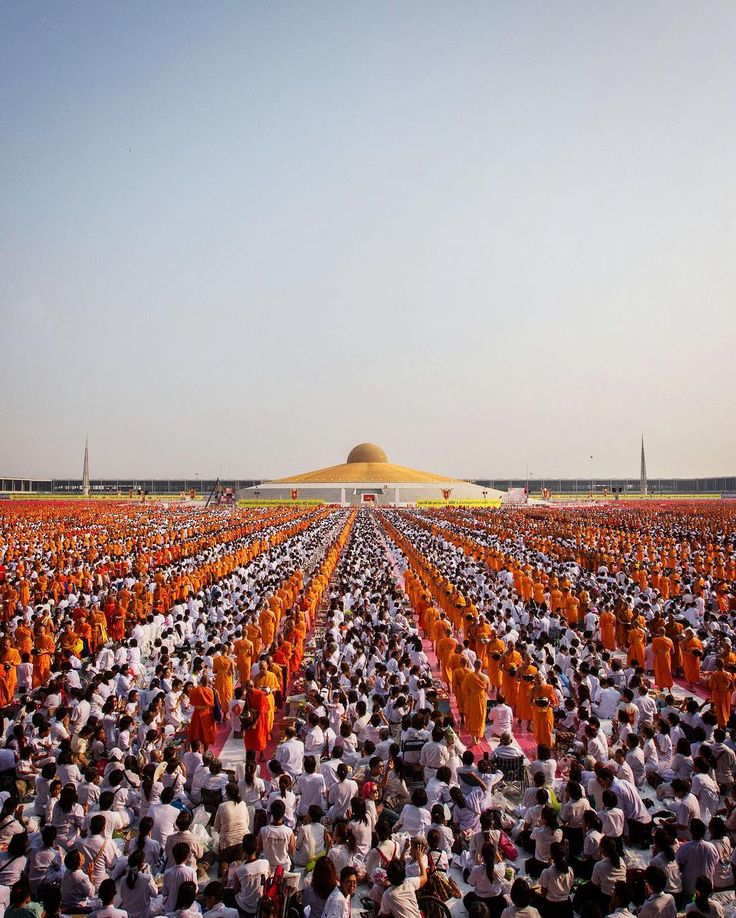 """Heute ist der #EarthDay! Zur Feier versammeln sich 100.000 buddhistische Mönche und Novizen im Wat Dhammakaya Tempel in Bankok. Der Tag steht ganz im Zeichen unserer Erde und wird rund um den Globus zelebriert. Doch was ist sein Ursprung? 1970 kam ein US-Senator auf die Idee einen Aktionstag ins Leben zu rufen an dem sich Schulen und Hochschulen mit der Erde beschäftigen sollten. Dieses Jahr steht der Tag unter dem Motto """"Mein Essen verändert die Welt. #TagderErde #earthday #earthday2016…"""