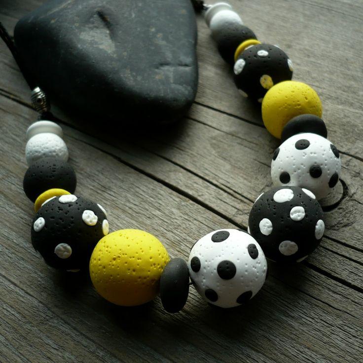 Crazy koule Černobílé, bíločerné a žluté korále ze speciální samotvrdnoucí polymerové hmoty. Po vytvrdnutí jsou korále mírně pružné - jako gumové. Korále jsou navlečené na gumičce a černé voskované šňůrce. Délka náhrdelníku 50 cm, zapínání karabinka, běžný kov v barvě platiny K náhrdelníku jsou vhodné náušnice a náramek