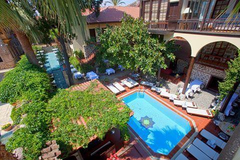 Alp Pasa Boutique Hotel  Description: Ligging: Alp Pasa Boutique Hotel ligt in Kaleici het historische centrum Antalya. In de directe omgeving vindt u tal van winkeltjes en terrasjes. U wandelt in ca. 5 minuten naar het gezellige haventje of naar het stadsstrandje (Mermerli Beach). Het strand van Konyaalti ligt op ca. 15 km afstand de luchthaven van Antalya op ca. 10 km. Faciliteiten: Alp Pasa Boutique Hotel bestaat uit 4 Ottomaanse villa's die 300 jaar geleden al als herberg gebruikt werden…