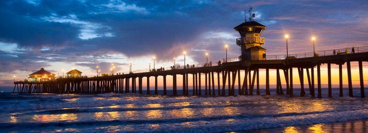 Panorama nocturno de Huntington Beach, iluminado por el atardecer sobre el Condado de Orange, California.