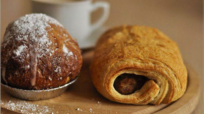 Geen zin om bij de bakker worstenbroodjes en appelbollen te kopen op een verloren maandag? Met deze recepten maak je ze gewoon zelf.