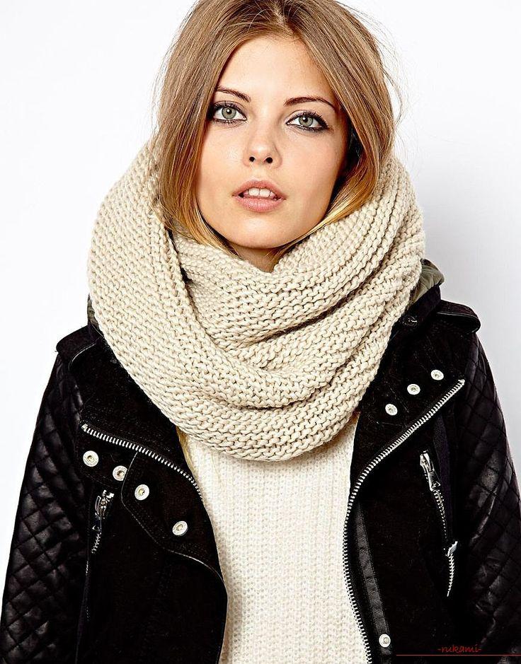 вязаный спицами шарф-хомут для модницы. Фото №3