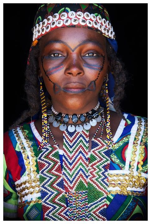 Africa | Hausa Fulani woman from eastern Niger.  She came dressed like this to a market in the middle of the desert | ©John Kenny
