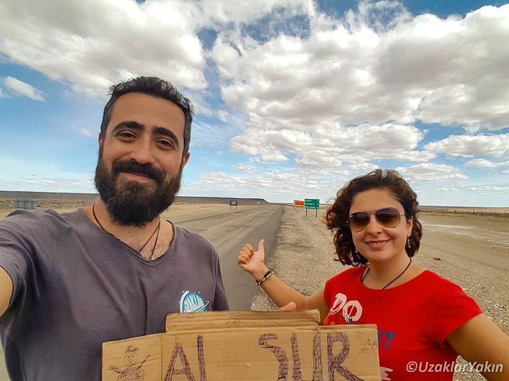 """Otostopla Patagonya yolculuğumuzu yeni yazımızda anlattık. Bağlantı profilde :) Şili 'nin kuzeyinden Ushuaia'ya kadar aralıksız otostop maceramızda en iyi yardımcımız kartonlardı. """"Güneye"""" kartonumuza bir de kardam adam ekledik ki yanlış anlaşılma olmasın  Yazımız www.uzaklaryakin.com blogda. #uzaklaryakin #otostop #hitchhike #adedo #argentina #chile #Arjantin #OtostopRail"""