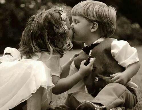 Il bacio è un dolce scherzo che la natura ha inventato per terminare i discorsi quando le parole diventano inutili