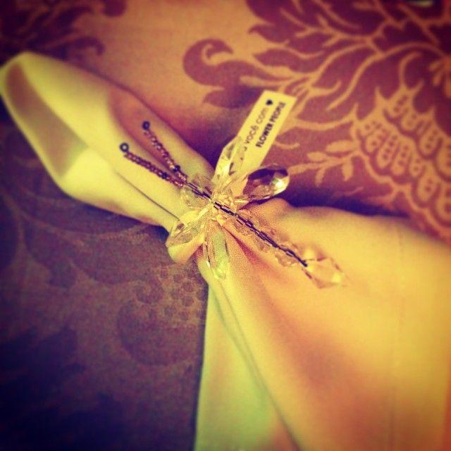 Prendedor de guardanapo em forma de libélula da @flowerpeopledecor #detalhes #DigaSimnoTerraco #DigaSim #TerracoItalia @terracoitalia #casamento