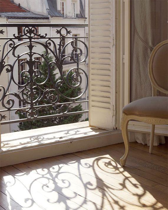 Til højre for min franske altan vil jeg have en god lænestol, en læselampe og masser af gode bøger som man kan sidde og hyggelæse. :)