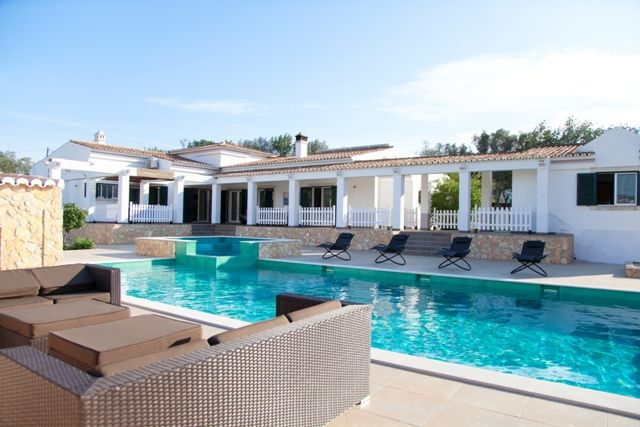 Fantastische typische Algarve stijl huis met 4 slaapkamers en een onafhankelijke bungalow bij de villa.  Onlangs gerenoveerd, deze villa verwelkomt u in de entree hal die toegang geeft tot alle belangrijke kamers van het huis, te beginnen met de ruime woonkamer met twee televisies met zitplaatsen voor alle gasten geeft. Deze ruimte laat veel…