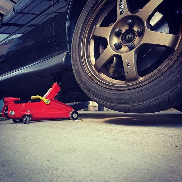 タイヤ交換完了ジャッキアップポイントが潰れて完全にフラットです タイヤ交換 スポーツタイヤ タイヤ Gc8 タイヤ タイヤ交換 フラット