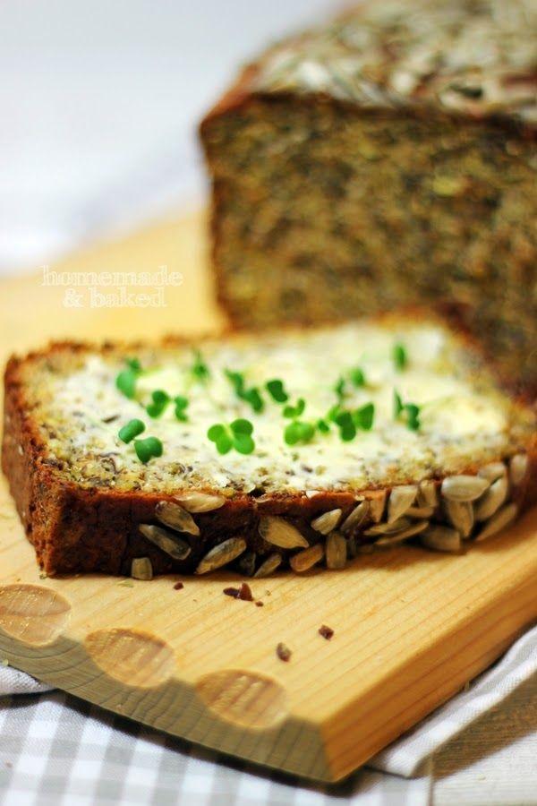 LOWCARB Brot  300 g Magerquark 8 Eier 100 g gemahlene Mandeln (oder Haselnüsse) 100 g geschrotete Leinsamen 7 EL Weizenkleie 2 EL Mehl 1 Pck Backpulver 1 EL Salz 1 handvoll Sonnenblumenkerne etwas Butter für die Form