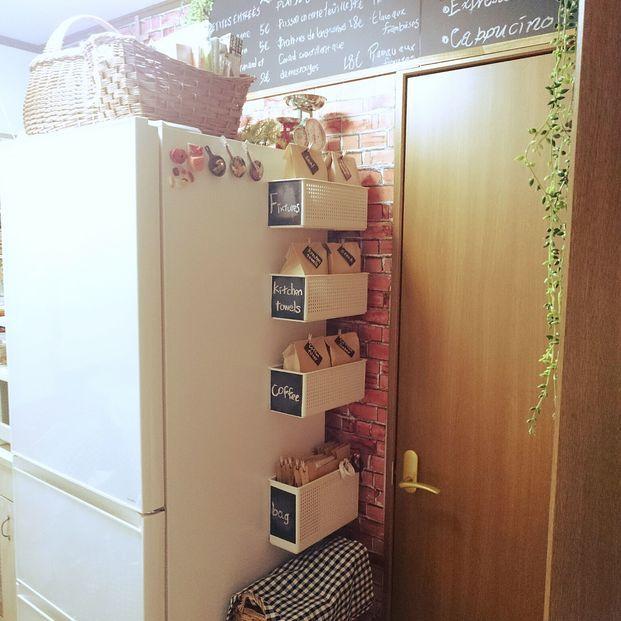 キッチンは何かと物がかさばりますが。普段よく使うものはできるだけ取り出しやすいところに収納しておきたいですよね。そこでおすすめなのが、冷蔵庫の側面を活用した収納方法です。おしゃれで便利な実例をご紹介します!