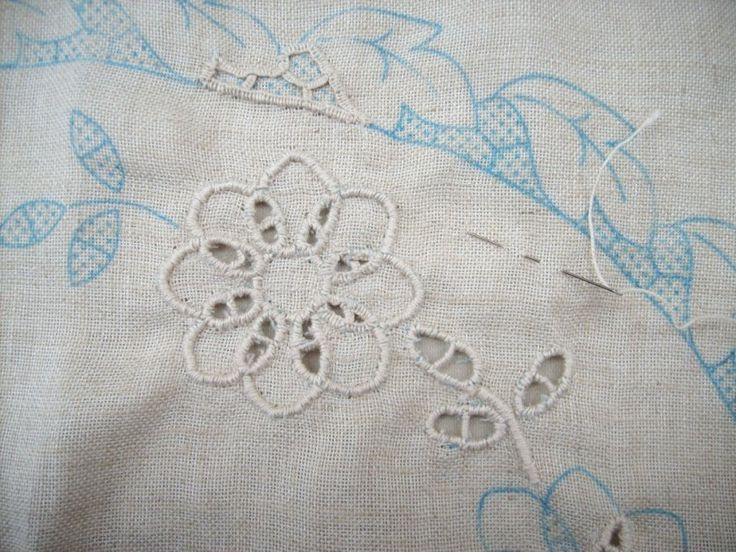 Conoscete l'arte del #ricamo ad #intaglio? Nel suo blog post, Ivan Lazzaretti - appassionato knitter e non solo - ci racconta la storia di questo raffinato lavoro ad ago. Buona Lettura!  E per saperne di più, ecco la sua pagina FB: https://www.facebook.com/GliIntrecciDiIvan