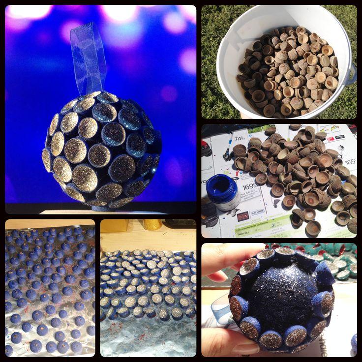 Boule de no l bleu et argent avec des chapeaux de gland for Deco de noel bleu et argent