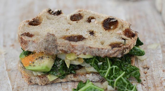 Panino vegano con cavolo e avocado