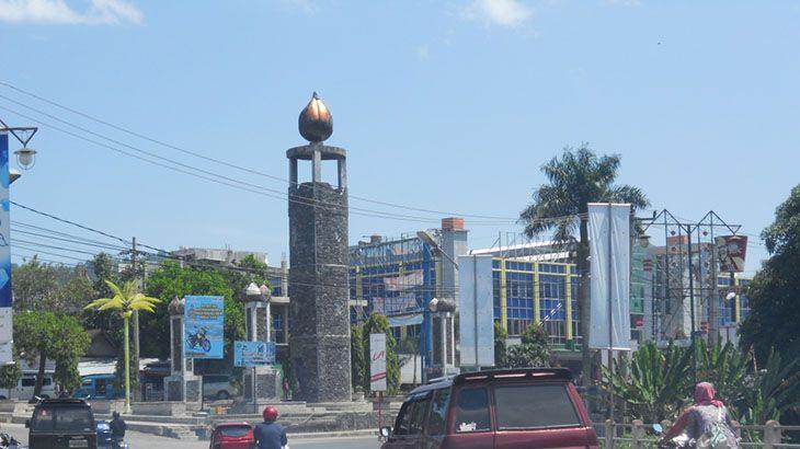 """Padangsidimpuan dahulu merupakan """"Padang Na Dimpu"""" (padang ilalang yang agak tinggi) dan terletak di lembah selatan Gunung Lubuk Raya, Tapanuli Selatan, Sumatera Utara. Di padang ilalang ini dahulu merupakan tempat peristirahatan para pedagang dan pengembara karena udaranya yang sejuk. Lama-lama interaksi mereka di padang na dimpu ini berkembang menjadi pasar (tempat berjual beli) dan pemukiman. …"""