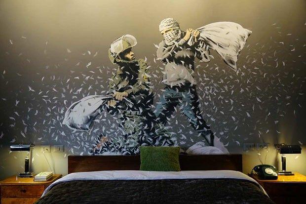 """""""The Walled Off Hotel"""", o hotel artístico de Banksy (Foto: Divulgação) - março/2017. > The Walled Off Hotel Local: Palestina Endereço: 182 Caritas Street, Bethlehem, Palestine Data: a partir do dia 11 de março de 2017 Horários: galeria de arte e museu - todos os dias, das 11h às 19h30; piano bar - todos os dias, servindo comes e bebes das 11h às 22h; estadia - datas e reservas através do email reception@walledoffhotel.com banksy.co.uk"""