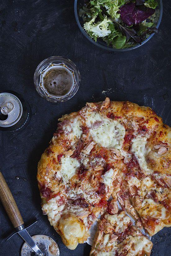Aunque sabéis que mi masa preferida para la pizza casera es una masa fina y crujiente, no podía dejar pasar la oportunidad de probar a elaborar una masa de pizza con fermentación más larga utilizando una harina especial para pizza que Andrés trajo a la tienda. La ventaja de este méto