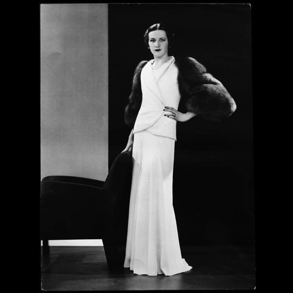 Modèle Minuit, robe du soir de Lucien Lelong, photographie d'époque de Dorvyne (circa 1935)
