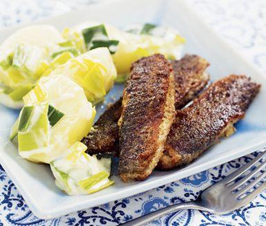 Ett utsökt recept på strömming med härlig stuvad purjolök och potatis. Du gör det av bland annat potatis, citron, senap, strömmingsfiléer, purjo och grädde. Fräscht och matigt!