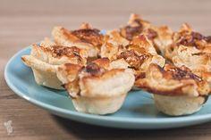 Briehapjes met walnoten, honing en appel. Simpel en snel klaar. Ook leuk voor tijdens een feestje! Lees het recept via de bron.