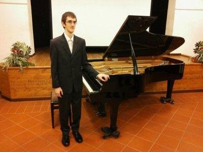 CAGLI – Domenica 26 luglio alle 21 il maestro Ramin Bahrami presenta il giovanissimo pianista Samuele Piccinini in un concerto dedicato a J.S. Bach. Un recital per pianoforte solo che proporrà alcune delle composizioni più apprezzate di uno dei grandi geni della storia della musica: l'Ouverture francese in si minore, BWV 831, la Partita n°