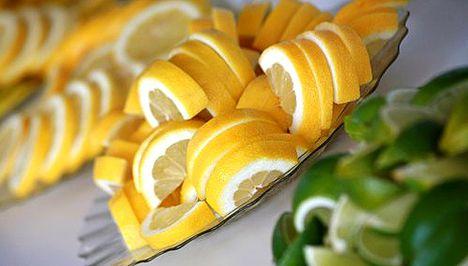 **Ötletek, érdekesség napja** www.alberlet.hu **Ötletek, érdekességek napja** A jól megmosott citrom héját lereszelve és cukorral összekeverve egy műanyag, zárható tetejű edénybe téve fagyasztva tárolható, sütéskor felhasználható. A friss gyümölcs levét kifacsarva, és jégkocka készítőbe téve szintén lefagyasztható, bármikor felhasználható limonádé vagy tea készítésekor.