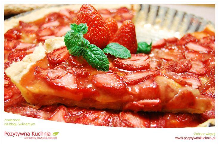 Tarta truskawkowa z dodatkiem jabłek i rabarbaru. Słodki smak owoców przełamany delikatnie kwaskowym rabarbarem. Prosty przepis na tartę - smaczny deser.