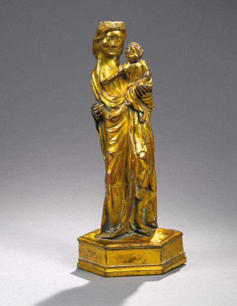 Grande Vierge à l'Enfant en cuivre repoussé, ciselé et doré. Debout, imperceptiblement déhanchée, elle porte l'Enfant assis sur son bras gauche ; celui-ci, la tête appuyée contre la joue de sa Mère tend son bras droit en posant sa main sur sa poitrine. Vente aux #encheres du 21/05/08 par Piasa