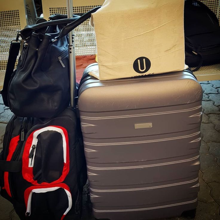Jeg er sikker på at jeg dro til Oslo med bare én koffert ... kanskje jeg har stukket av med noen andres bagasje og??  #oslo #julehandel #shoppingfrenzy #nsb #reise #handling