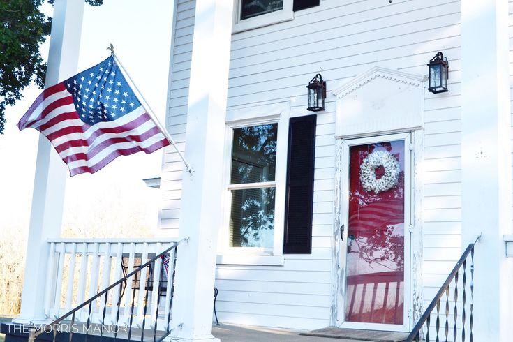Granja Front Porch, puerta roja y la bandera americana - El Morris Manor Home Tour