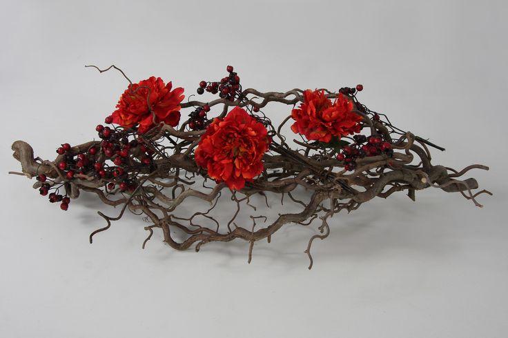 Guirlande van decoratietakken en zijde bloemen met bessen, verkrijgbaar op webshop www.decoratietakken.nl