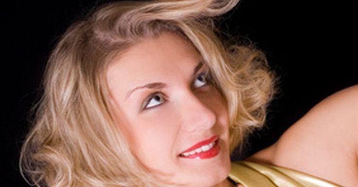 Cómo rizar el cabello corto correctamente. Cómo rizar el cabello corto correctamente. Rizar es una forma estupenda de dar un toque suave y femenino al cabello corto. Hay muchas formas de conseguir rizos. Puedes usar una plancha rizadora, ruleros calientes o un cepillo redondo y un secador. Cada método dará a tu cabello un rizo y textura distintos. Pruébalos todos en tu pelo para ver qué ...
