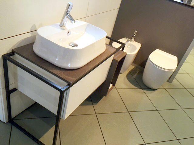 In negozio è appena arriva l'ultima novità di casa @ceramicasimas presentata al #Cersaie 2016 Il #mobile #FRAME con #lavabo #SHARP ed i #sanitari della linea #VIGNONI, passa in negozio per scoprire tutte le novità per #arredare il tuo #bagno! www.gasparinionline.it #casa #design #interiors #madeinitaly #arredobagno