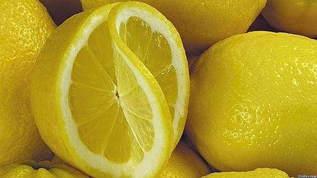 Замороженные лимоны - средство против рака Вы об этом не знали? Многие специалисты в ресторанах и кафе используют или потребляют весь лимон и ничто не тратится впустую. Как вы можете использовать весь лимон без отходов? Просто! Поместите промытый лимон в морозильную камеру вашего холодильника. После того, как лимон заморожен, возьмите терку, натрите весь лимон (не нужно чистить его) и посыпьте им ваши блюда. Посыпайте его в овощные салаты, мороженое, супы, крупы, макароны, спагетти, рис…