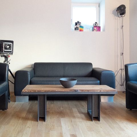 COUCHTISCH ALTHOLZ 09 - Industriedesign Tisch aus Stahl mit Tischplatte aus Altholz, goelt und gewachst. Dieser Altholz-Couchtisch (Salontisch, Sofatisch, Beistelltisch) wird jeweils für den Kunden Inhouse von DESIGNWERK 468 als Unikat gefertigt.