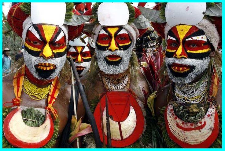 Ученые считают, что косметику придумали в Африке. Еще в древние времена африканцы раскрашивали себя, когда отправлялись на охоту, собирались в поход или отмечали праздник урожая. Каждая цветная полоса на теле имела особое значение.