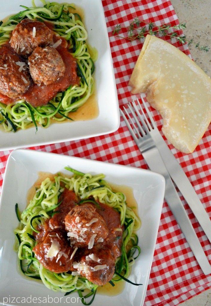 Espagueti de zucchini o calabacita con albóndigas y salsa de tomate (sin pasta, sin gluten, sin carbohidratos) – www.pizcadesabor.com