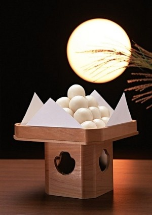 Tsukimi or Otsukimi, literally moon-viewing, refers to Japanese festivals honoring the autumn moon. The celebration of the full moon typically takes place on the 15th day of the eighth month of the traditional Japanese lunisolar calendar. お月見