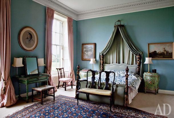 Живая история в ирландском поместье Клэндебой: антикварная мебель, хорошая живопись, балдахин над кроватью — все как в старые времена.