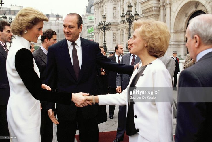 Diana (L), Princess of Wales, greets former French President Jacques Chirac (C) and his wife Bernadette Chirac (R) at Hotel de Ville during the official royal visit to France on November 8, 1988 in Paris, France.