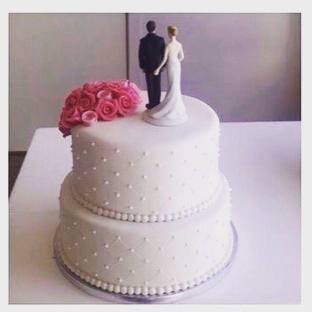 En av årets romantiske bryllupskaker. Dette er en mørk sjokoladekake fylt med mascarponekrem og bringebær. Pris 2900,-