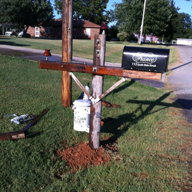 Lineman's Mailbox - That is freaking adorable!! Could I talk him into it? Probably not lol.