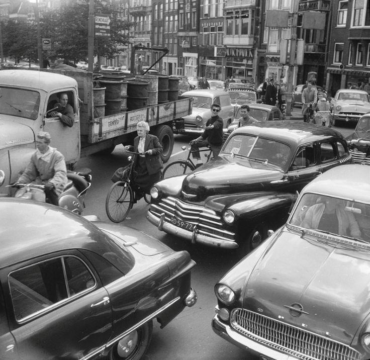 Traffic on the way to work, 1958, Muntplein