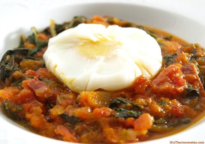 Acelgas con tomate y huevos poché - MisThermorecetas.com
