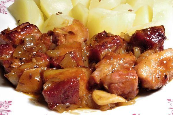 Kostky bůčku (bez kosti) ochucené kmínem, solí a pepřem, upečené v troubě zasypané cibulí a česnekem, podlité pivem smíchaným s worcesterskou omáčkou a kečupem.