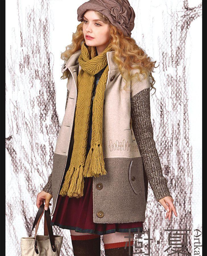 Пальто комбинированной расцветки со стоячим воротником, декоративными карманами и вышивкой