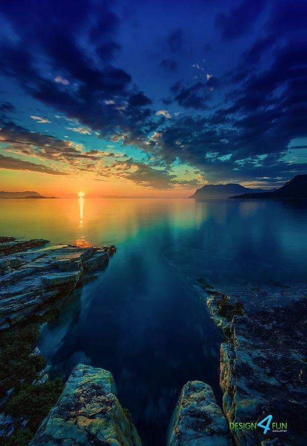 Wow, was für eine tolle Lichtstimmung!!! View of Arctic Ocean at midnight - northern Norway