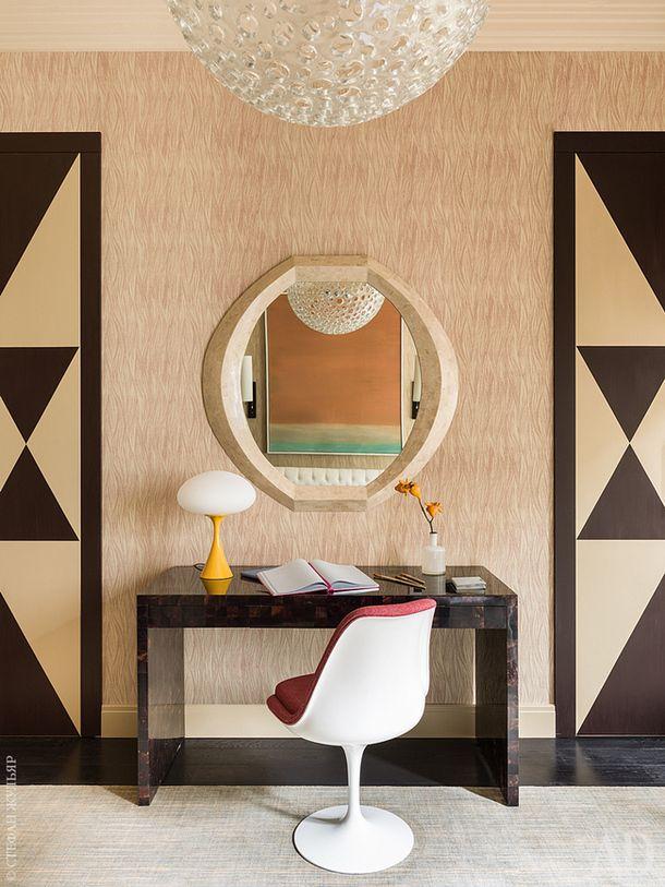 Фрагмент детской. Рабочий стол и люстра в форме шара, Oly Studio. Винтажное зеркало в стиле Карла Шпрингера куплено на аукционе. Настольная лампа с желтым основанием Mushroom от Laurel, 1960-х годов.