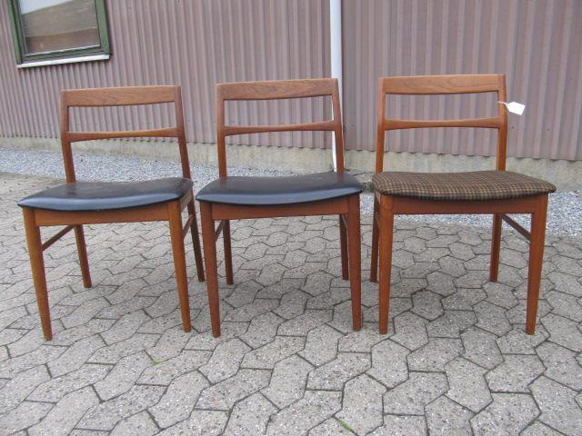 Stole i teaktræ. Designet af Henning Kjærnulf for Vejle stolefabrik. Se dem til salg på www.retrosiden.dk