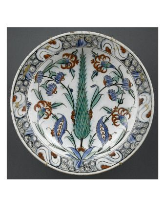 Plat au cyprès au marli ponctué de rouge - Musée national de la Renaissance (Ecouen)